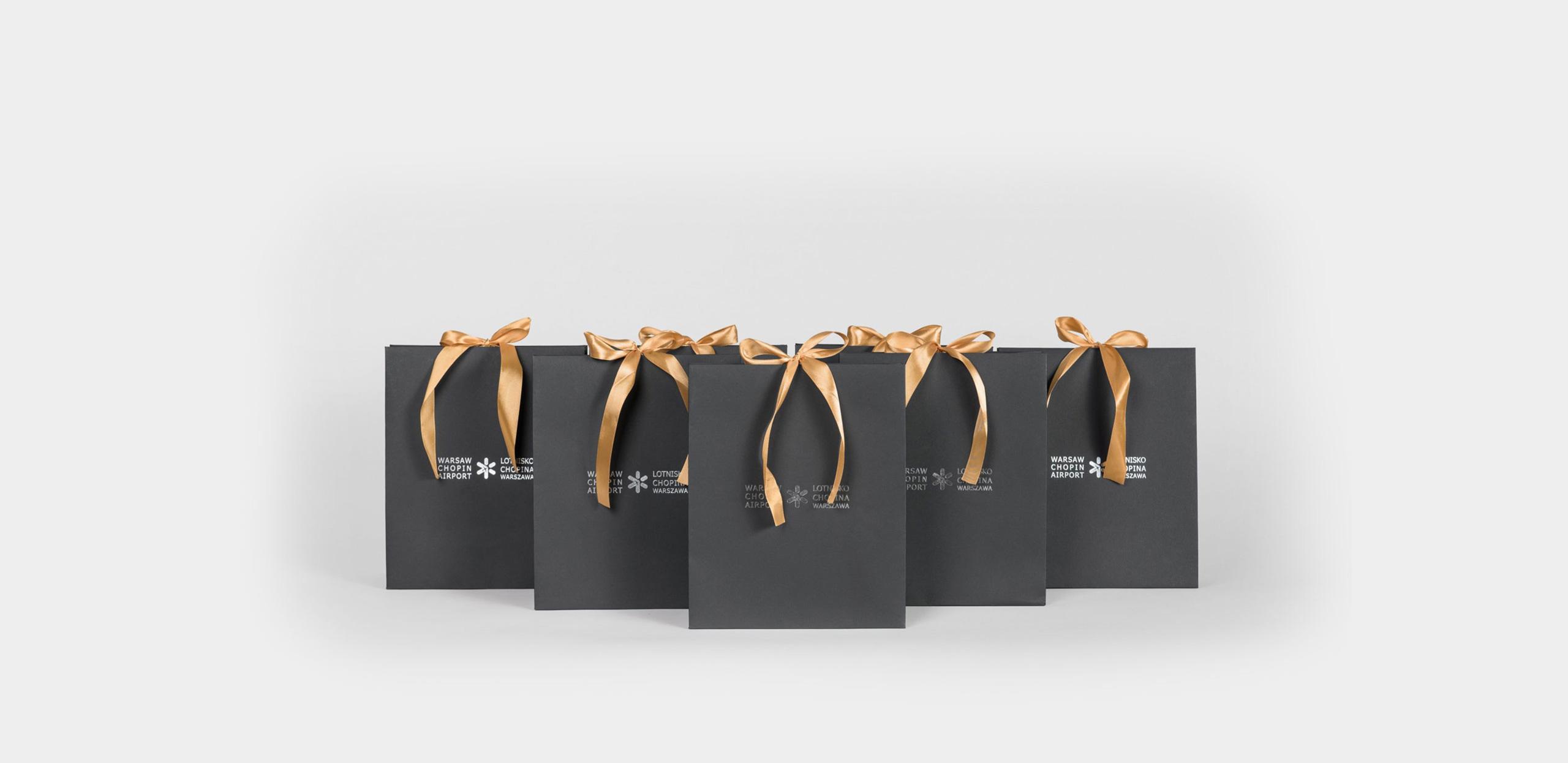 stylowe czarne torby ze złotą wstążką